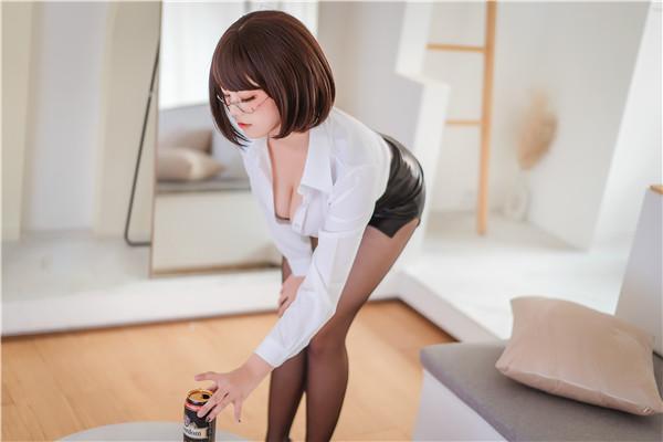 网红coser-蜜汁猫裘-OL爱喝酒[52P/698MB]-宅男团
